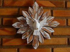 Divino espirito santo e esplendor todo feito em madeira.  É, sem dúvida, um lindo objeto de decoração. Pode ser utilizado em qualquer ambiente, dizem até que na porta de casa ou na cabeceira da cama além de enfeitar ele também protege.  Tamanho aproximado: 30 cm R$ 25,00