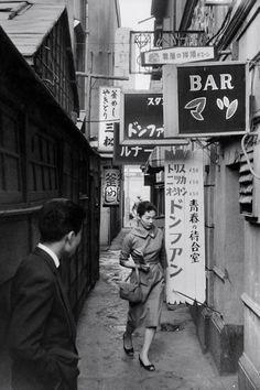 Tokyo, Japan - 1958 ~ Photo by Marc Riboud. Marc Riboud, Vintage Photographs, Vintage Photos, Idda Van Munster, Tokyo Streets, Tokyo City, French Photographers, Foto Art, Magnum Photos