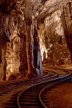 We hebben een nieuwe bijzondere bestemming op mijnslovenie.com. Het grottencomplex van Postojna (Postojnska jama in Sloveens) is de oudste en meest bezochte toeristische trekpleister van het land.