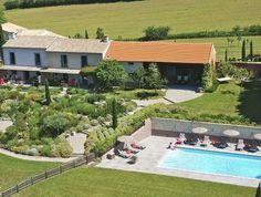 Vier hippe, gezinsvriendelijke vakantiehuizen met uitzicht op wijnvelden en de bergen van de Pyreneeën. Niet voor niets komt 70% van de gasten hier weer terug!