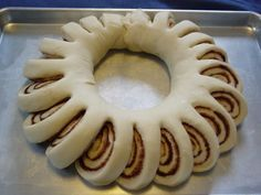 Christmas Morning Breakfast Idea: Christmas Cinnamon Roll Wreath: Frosting in the middle for pull apart and dip. Christmas Baking, Christmas Treats, Holiday Treats, Holiday Recipes, Christmas Foods, Holiday Baking, Christmas Entrees, Half Christmas, Holiday Foods