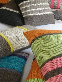 ContactoAndes ::Telar                                                                                                                                                      Más Knitted Cushions, Cushions On Sofa, Throw Pillows, Weaving Patterns, Textile Patterns, Loom Weaving, Hand Weaving, Cricket Loom, Pillow Cover Design