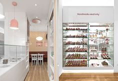 The newly designed Cupcake Boutique in Stuttgart is work of DITTEL Architects who have successfully integrated the former inventory into the new design. Cupcake Shop Interior, Bakery Interior, Cake Shop Design, Bakery Design, Boutique Interior, Visual Merchandising, Cupcakes, Cupcake Boutique, Cupcake Shops
