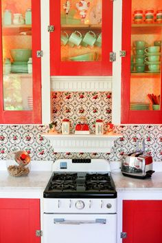 Vintage Kitchen Vintage red and green country kitchen. - See More: Gail Kitchen Colors, Life Kitchen, Kitschy Kitchen, Beautiful Kitchens, Vintage Kitchen, Red Cabinets, Cool Kitchens, Green Country Kitchen, Country Kitchen