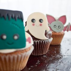 Templates to make your own Kawaii Halloween Cupcake Toppers out of modelling chocolate or to print.