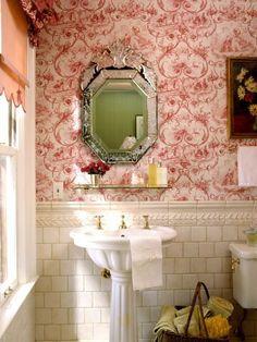 Для отделки стен ванной лучше использовать керамическую плитку, но подойдут и влагостойкие обои, хотя такая отделка будет менее долговечной. Главное, не клеить обои на стену, имеющую непосредственный контакт с водой. Рекомендуются: — виниловые; — стеклообои. Не рекомендуются: — бумажные; — текстильные; — натуральные.