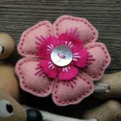 Vykvetla jsem - brožka brož květina ozdoba kytka knoflík brožka mandala filc vyšivka mandalka crochetka