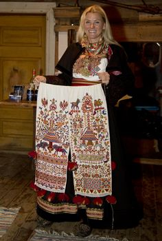 Magasin for Bunad og Folkedrakt Folk Costume, Costumes, Bridal Crown, Norway, Stitching, Sequin Skirt, Textiles, Culture, Traditional