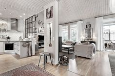Ljus och smakfull suterrängvilla i två plan och loft med närkontakt till natur. Här bor du med ett insynsskyddat läge och granne med skogen. 4 rum och kök med öppen planlösning mellan kök och vardagsrum och 5,5 meter till nock ger huset både karaktär...