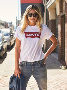 Image for Levi's Unisex Batwing Tee In White from Just Jeans Short Outfits, Trendy Outfits, Cute Outfits, Fashion Outfits, Fashion Shoes, White Tshirt Outfit, Looks Pinterest, Fashion Today, Clothes For Women
