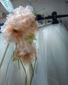Gruppo di rose in organza di seta pura pronto per ornare un gonna in tulle avorio!  #cappello #cappelli #hat #instalike #instafun #instalife #fashion #womenfashion #madeinitaly #livorno #madeinitaly #moda #modadonna #fascinator #artigianato #modisteria #modella #modelle #fashionphoto #accessori #stile #style #l4l #concorso #modella #modelle #bellezza #model #girl #wedding #bride #like4like