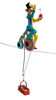 Clown jongleur équilibriste. Il avance grâce au plomb d'équilibrage qui entraîne la roue.