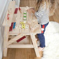 Etabli en bois conçu pour stimuler l'imagination et la créativité de votre enfant tout en travaillant sur la logique et la manipulation des outils. Et bien entendu ... « pour faire comme papa ».