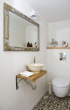 אמבט חלומי, ארונות אביזרי אמבטיה, ברזים מקלחונים, - מדפי עץ אלון מבוקע כפרי לפי מידה לכיור מונח. Compact Bathroom, Small Bathroom, Small Toilet Room, Decorative Floor Lamps, Bathroom Layout, Contemporary Bathrooms, Room Lights, Bathroom Renovations, Bathroom Inspiration