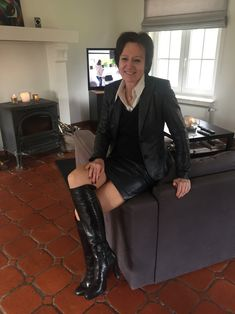 Leather Dresses, Leather Skirt, Leather Jacket, Sexy Older Women, Sexy Women, Granny Panties, Classic Chic, Cool Boots, Elegant Woman
