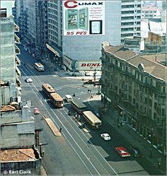 (6) Av. São João, no cruzamento com a Av. Duque de Caxias. O bonde puxa um reboque. [Earl Clark, 9/1963] Bondes de São Paulo