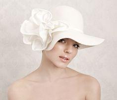 Cappellini Cerimonia: Le proposte invernali della linea sposa Alessandra Zanaria sono ispirate ad una donna romantica e sognatrice.
