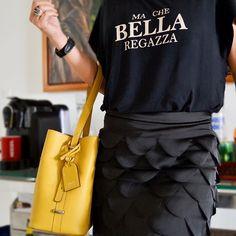 Basta um ponto de cor no #look e o visual já ganha outro mood, né? Eu poderia ter escolhido uma #bolsa preta ou nude, mas priorizei algo que trouxesse luz, alegria e ousadia. #Amo #acessórios amarelos. Fiquei feliz com a escolha. #ootn #yellow #bag
