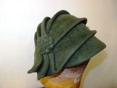 Velurový klobouk č. 6055 Zelený velurový klobouk je překrásně ručně tvarovaný. Klobouk je vyroben z kvalitní plsti a hodí se na každodenní nošení.