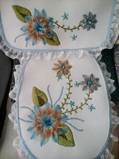 baño Embroidery Bags, Silk Ribbon Embroidery, Machine Embroidery, Embroidery Designs, Set Cover, All Covers, Diy Crafts For Gifts, Bath Mat Sets, Bathroom Sets
