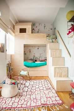 Make sure to choose the right bunk beds for a small room, and let your creativity guide you Bunk Beds With Stairs, Kids Bunk Beds, Bunk Bed Ideas For Small Rooms, Bunkbeds For Small Room, Built In Beds For Kids, Cool Beds For Kids, Bed Stairs, Deco Kids, Kids Bedroom Sets