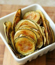 Low FODMAP Salt And Vinegar Baked Zucchini Chips Recipe - easy and delicious low fodmap snack to munch on anytime of the day! & are so fun to eat ☺️ Definitely a good alternative to oily and overly salty grocery store chips! Zucchini Chips Recipe, Bake Zucchini, Healthy Zucchini, Fodmap Meal Plan, Healthy Snacks, Healthy Recipes, Healthy Chips, Vegan Chips, Zucchini Chips