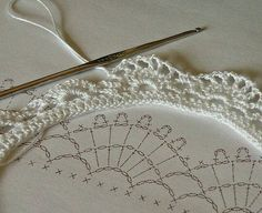If you looking for a great border for either your crochet or knitting project, check this interesting pattern out. When you see the tutorial you will see that you will use both the knitting needle and crochet hook to work on the the wavy border. Col Crochet, Gilet Crochet, Crochet Collar, Thread Crochet, Crochet Trim, Crochet Crafts, Crochet Projects, Lace Collar, Diy Crafts