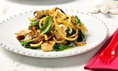 """Ninguém resiste aos legumes espiralizados em saudáveis pratos de """"massa sem massa"""". Experimente esta receita de frango, cogumelos e tomate seco salteados com spaghetti de batata-doce."""
