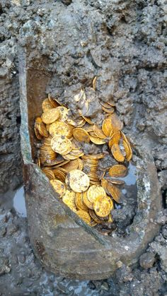 Roman gold coins discovered in a stone jar during the demolition of a cinema in Como, the ancient Novum Comum . The coins date back to the end of the Roman Empire century) and were contained in a sort of stone jar. Historical Artifacts, Ancient Artifacts, Ancient Rome, Ancient History, Ancient Vikings, Aigle Animal, Objets Antiques, Templer, Gold Money