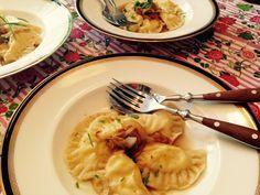 Piroggen – mit einer Quark-Kartoffel-Füllung und gebratenen Zwiebeln. Piroggen ähneln den italienischen Ravioli. Sie sind ein leichtes, preiswertes Gericht und schneller in der Zubereitung als eventuell angenommen wird