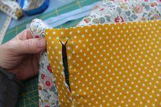 Den lille havtaske: Toilettaske med lomme DIY Diaper Bag, Lunch Box, Patches, Sewing, Henna, Diy, Make Up, Tutorials, Bags