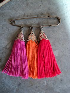 Prendedores Textile Jewelry, Fabric Jewelry, Beaded Jewelry, Safety Pin Crafts, Safety Pin Jewelry, Diy Tassel, Tassels, Beaded Necklace Patterns, Kilt Pin