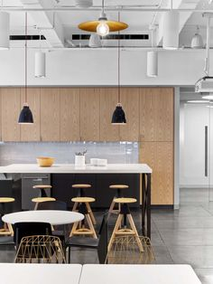 Fullscreen Offices – New York City. Media company. Breakout. Collabroation. T point. Ktichen. Breakfast bar. Exposed ceiling. Natural materials.