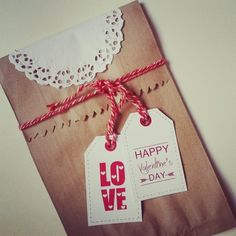 embalagem de papel kraft (tipo saco de pão), rendinha que você compra em lojas de festas e as tags..