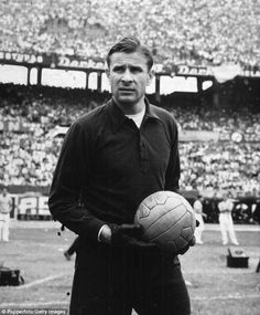 Lev Yashin (Dynamo Moscow and Soviet Union) With URSS National Team: Gold Medal in 1956 Olympics Games, 1960 Euro Cup champion and place in 1966 World Cup. Winner of the 1966 Ballon d'Or, the only goalkeeper to ever win. Football Icon, World Football, Football Kits, Football Soccer, School Football, Tom Finney, 1966 World Cup, Fourth World, Russia