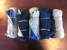 enroulez les vêtements en baluchons avec un élastique