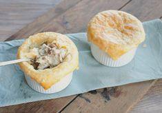 Pasteitjes met paddenstoelen en kip; het ultieme voorgerecht voor in de herfst of winter. Lekker als lunch, voorgerecht of als hapje bij de borrel.