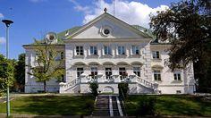 Pałac w Gościeradowie wybudował Eligiusz Prażmowski w 1781 roku. Ostatnim właścicielem zespołu pałacowego był Eligiusz Suchodolski, który w testamencie zapisał pałac Warszawskiemu Towarzystwu Dobroczynności. Obecnie w pałacu mieści Dom Pomocy Społecznej imienia hr. Eligiusza Suchodolskiego.