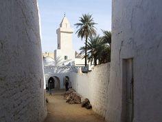 Gadamés (o Gadamis) es la ciudad de Libia situada en un oasis casi en la frontera de Túnez y Argelia. En su parte antigua, hoy parcialmente deshabitada, se suceden calles laberínticas y casas encerradas en un muro de piedra, un caserío que según estimaciones podría sumar más de siete siglos en pie.