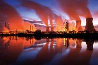 Miejski krajobraz - industrialne kompleksy po zmroku