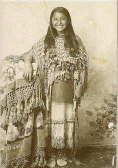 O-o-be (aka Oyebi) - Kiowa - circa how wonderful. O-o-be (aka Oyebi) – Kiowa – circa how wonderful. She& smiling…you … O-o-be (aka Oyebi) – Kiowa – circa how wonderful. She& smiling…you don& see that from the old pictures - Native American Children, Native American Beauty, Native American Photos, Native American Tribes, Native American History, American Indians, American Teen, American Quotes, American Symbols
