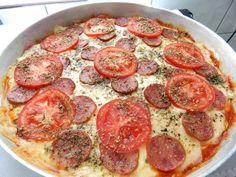 A Massa de Pizza de Liquidificador é rápida, prática e deliciosa. Escolha o recheio e faça hoje mesmo essa massa de pizza sensacional. Confira a receita! Dessert Pizza, Brazillian Food, Portuguese Recipes, Calzone, Mole, Pepperoni, Sausage, Food And Drink, Low Carb