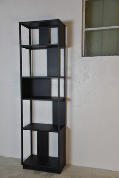 Etagère colonne métal Arlequin de style graphique pour plus rangement dans votre salon.