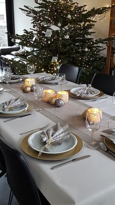 Christmas Dining Table, Christmas Table Settings, Christmas Tablescapes, Silver Christmas Decorations, Christmas Centerpieces, Baby Shower Table Decorations, Decoration Table, Christmas Mood, Noel Christmas