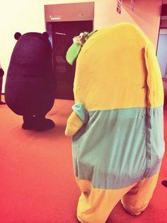 エレベーターを待つ くまモンとふなっしー。 Kumamon and Funassyi waiting for an elevator.