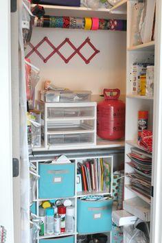 Organizing my craft room - A girl and a glue gun Sewing Room Design, Craft Room Design, Sewing Spaces, Sewing Rooms, Sewing Studio, Craft Desk, Craft Room Storage, Craft Organization, Craft Tables