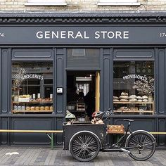 restaurant fachada So pretty, so British . Coffee Shop Design, Cafe Design, Store Design, Design Shop, Interior Design, Cafe Restaurant, Restaurant Design, Café Vintage, Vintage Shops