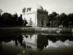 El Mausoleo de los Samanidas es una obra de arquitectura de Asia Central, que se encuentra en el centro histórico de Bujara, fue construido en el siglo IX.