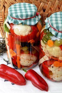 gogosari umpluti cu conopida si struguri Romanian Food, Romanian Recipes, Sustainable Design, Fresh Rolls, Interior Design Living Room, Celery, Pickles, Design Trends, Kitchen Decor
