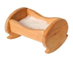 Wiege mit flauschiger Plüscheinlage aus 100% Baumwolle. Holz: Erlenholz geölt. Maße: Länge9cm. Einrichtung für das Puppenhaus (39990): Küche, Esszimmer, Wohnzimmer, Schlafzimmer und Bad, alles kann wunderschön zusammengestellt werden mit...